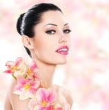 Kobieta z piękną twarzą i świeżymi kwiatami obrazy stock