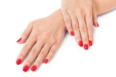 Kobieta z pięknymi robiącymi manikiur czerwonymi paznokciami Obraz Royalty Free