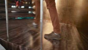 Kobieta z piętami i mężczyzna na schodkach iść up