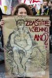 Kobieta z plakatem przeciw Babis uczęszcza demonstrację na Praga Wenceslas kwadracie przeciw aktualnemu rzędowi Zdjęcia Royalty Free