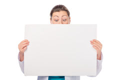Kobieta z plakatowym patrzeje puszkiem Zdjęcia Royalty Free