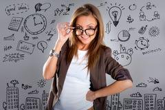 Kobieta z planu biznesowego pojęciem na ścianie obraz stock