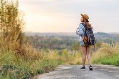 Kobieta z plecaka odprowadzeniem na footpath w naturze fotografia royalty free