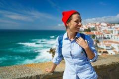 Kobieta z plecakiem cieszy się widok oceanu wybrzeże blisko Azen Fotografia Stock