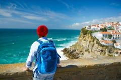Kobieta z plecakiem cieszy się widok oceanu wybrzeże blisko Azen Obrazy Stock