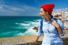 Kobieta z plecakiem cieszy się widok oceanu wybrzeże blisko Azen Obraz Stock