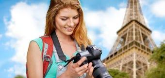 Kobieta z plecakiem i kamerą nad wieżą eifla Obrazy Royalty Free
