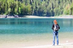 Kobieta z plecakiem na jeziorze Zdjęcia Royalty Free