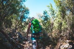 Kobieta z plecakiem w górach Fotografia Royalty Free