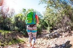 Kobieta z plecakiem w górach Zdjęcie Stock
