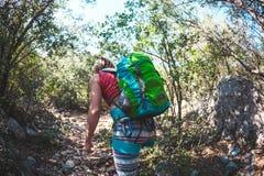Kobieta z plecakiem w górach Obrazy Stock