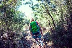 Kobieta z plecakiem w górach Fotografia Stock