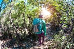 Kobieta z plecakiem w górach Zdjęcia Stock