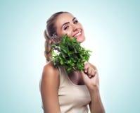 Kobieta z plikiem świeża mennica. Pojęcie jarosza dieting - Zdjęcia Stock