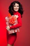 Kobieta z prezenta pudełkiem zdjęcie royalty free