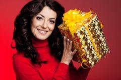 Kobieta z prezenta pudełkiem fotografia stock