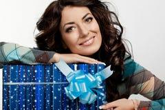 Kobieta z prezenta pudełkiem obrazy royalty free