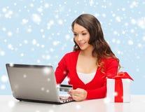 Kobieta z prezentem, laptopem i kredytową kartą, fotografia stock