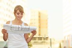 Kobieta z projekta projekta budynkiem planuje plenerowego Obrazy Stock