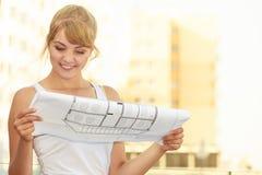 Kobieta z projekta projekta budynkiem planuje plenerowego Obraz Royalty Free