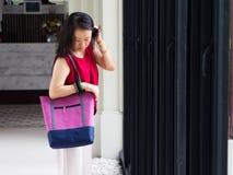 Kobieta z przypadkową duży ciężar torbą Zdjęcie Royalty Free