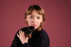 Kobieta z psem na rękach zdjęcia royalty free
