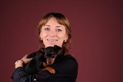 Kobieta z psem na rękach fotografia royalty free