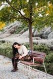 Kobieta z psim sittingon ławka obrazy stock