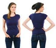 Kobieta z pustą purpurową koszula i beanie Fotografia Stock