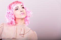 Kobieta z różowej peruki kreatywnie obliczem Obrazy Stock