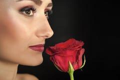 Kobieta Z rewolucjonistki różą Piękno z kwiatem zmysłowe piękno Oferta jak kwiatu Skincare i zdroju traktowanie czerwona róża obrazy stock
