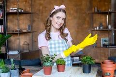 Kobieta z roślinami w flowerpots Fotografia Royalty Free