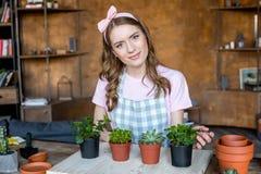 Kobieta z roślinami w flowerpots Zdjęcie Royalty Free