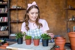 Kobieta z roślinami w flowerpots Fotografia Stock