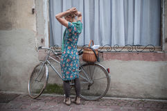 Kobieta z rocznik sukni kostiumem Fotografia Stock
