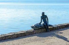 Kobieta z rybią statuą 1 obrazy royalty free