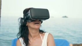 Kobieta z rzeczywistość wirtualna gogle zbiory wideo