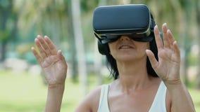 Kobieta z rzeczywisto?? wirtualna gogle zbiory wideo