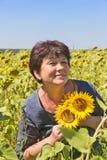 Kobieta z słonecznikami zdjęcia royalty free