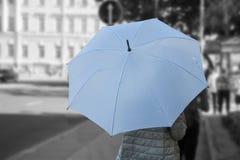 Kobieta z słonecznym parasolem na miasto ulicie Fotografia Stock
