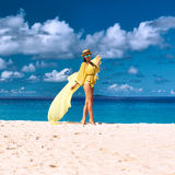 Kobieta z sarongami przy plażą Obraz Stock