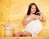 Kobieta z sauna wyposażeniem. Zdjęcia Royalty Free