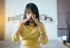 Kobieta z sinus i cierpi od sinusitis, Żeński ręki macania nos, Zdrowy i nosowy fotografia royalty free