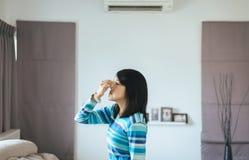 Kobieta z sinus i cierpi od sinusitis, Zdrowy i nosowy fotografia royalty free