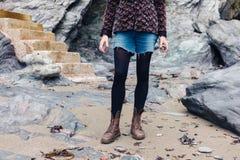 Kobieta z skałami betonowymi progami Obrazy Stock