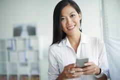 Kobieta z smartphone fotografia royalty free