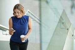 Kobieta z smartphone zdjęcia royalty free