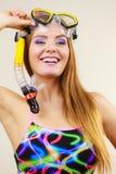 Kobieta z snorkeling maską ma zabawę Zdjęcie Royalty Free