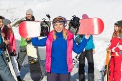 Kobieta Z Snowboard grupy ludzi Snowboard kurortu zimy śniegu Narciarską górą Fotografia Stock