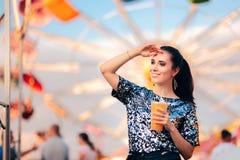 Kobieta z sokiem na Wirować Ferris koła tło obrazy stock